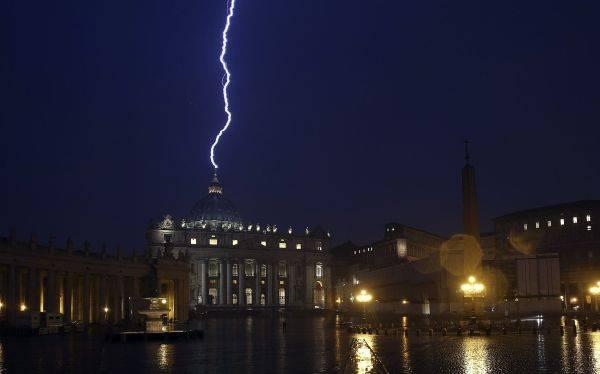 Un rayo golpeó la Basílica de San Pedro el día en que renunció el Papa