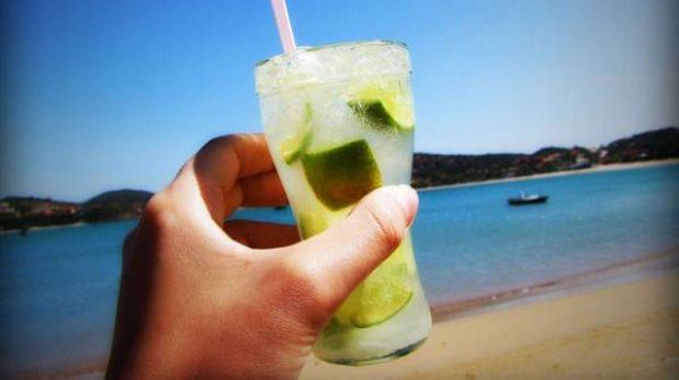 Cuatro cocteles perfectos para disfrutar en la playa