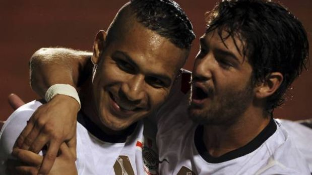 Copa Libertadores: Corinthians venció 2-0 a Millonarios con goles de Guerrero y Pato