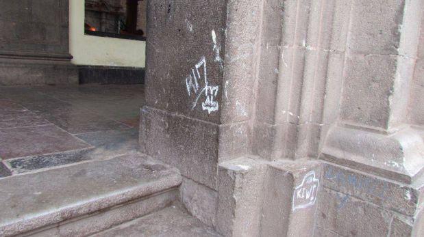 FOTOS: grafitis hechos en muros de plaza en el Cusco dañaron patrimonio cultural