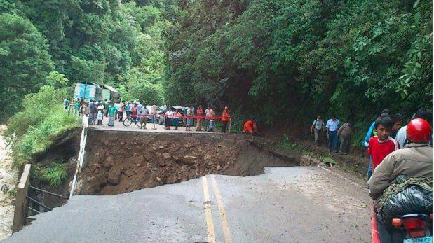 Así quedó parte de la Carretera Central por desborde de río Huallaga