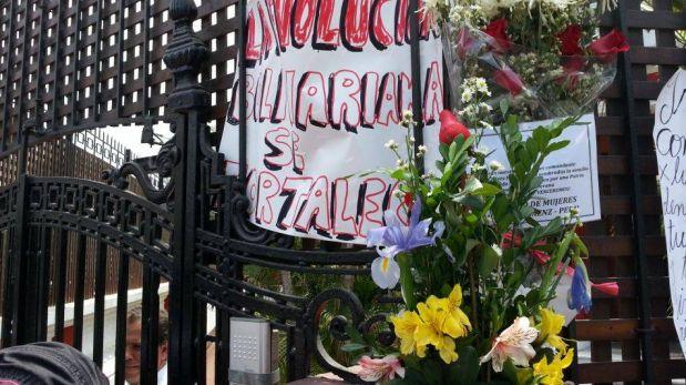 FOTOS: simpatizantes de Hugo Chávez en Lima acuden a firmar libro de condolencias
