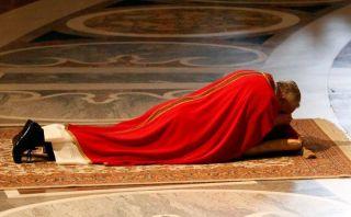 El papa Francisco rezó tendido en el suelo durante la Pasión de Cristo