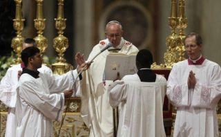 El papa Francisco oficia su primera Vigilia Pascual