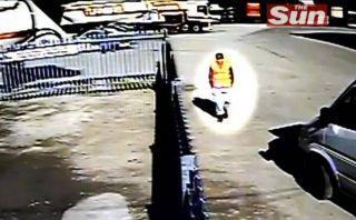 VIDEO: Tevez empezó a trabajar como limpiador de containers en Manchester