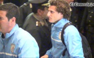 Uruguay llegó a Lima e hinchas peruanos arrojaron huevos al bus