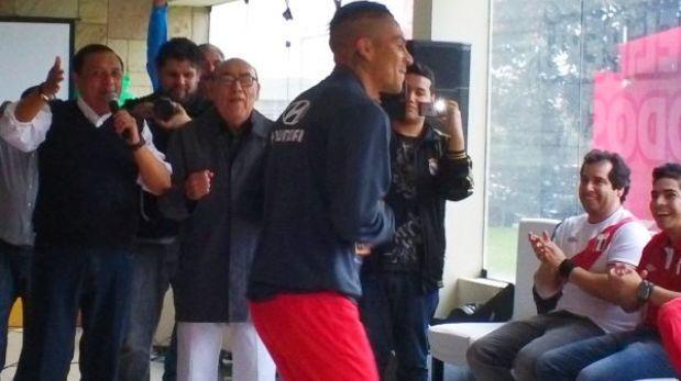 Óscar Avilés visitó a la selección y puso a bailar a Paolo Guerrero