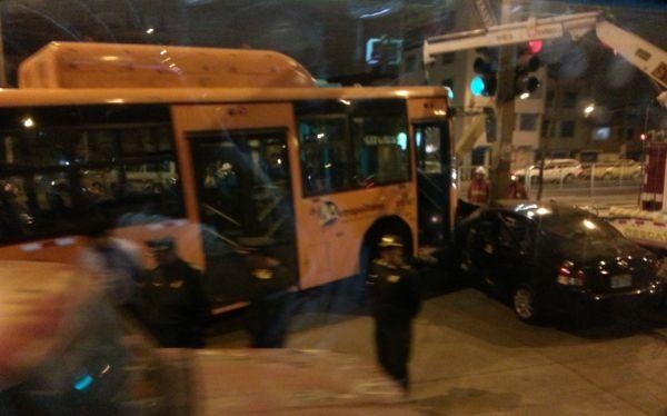 Independencia: choque de auto con bus del Metropolitano dejó varios heridos