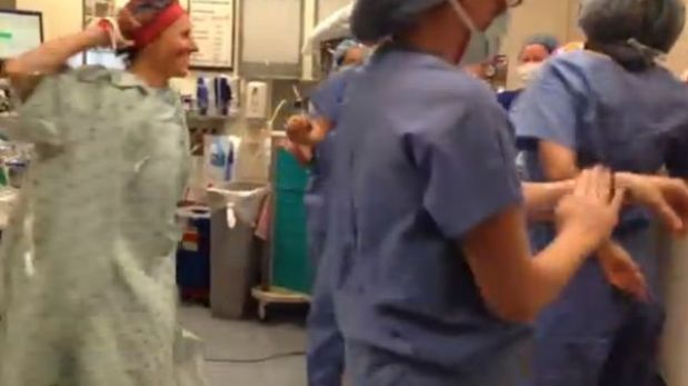 Actitud: mujer baila antes de una doble mastectomía y emociona a miles en redes sociales [VIDEO]