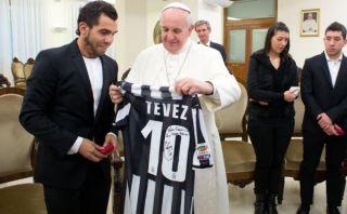 Carlos Tévez le regaló una camiseta firmada al papa Francisco