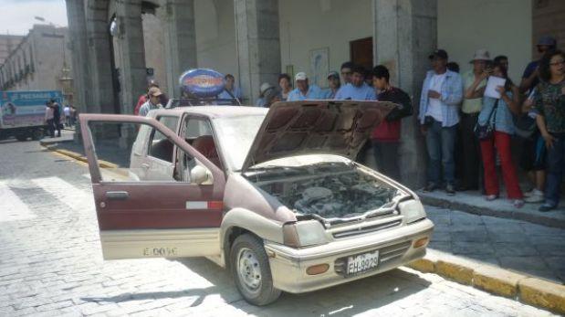 Arequipa: un taxi se incendió en la plaza de armas