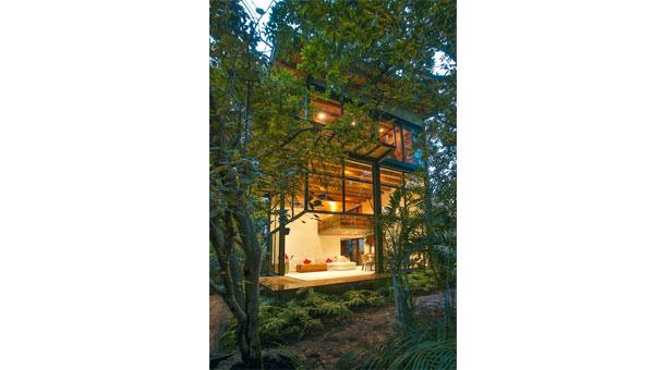Casa Sen. Es una estructura de acero forrada de madera y vidrio, en medio de un bosque.