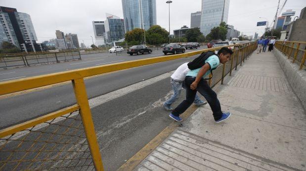 En una foto reciente, se pudo ver cómo se cruzaba la avenida Javier Prado temerariamente (Foto: Dante Piaggio / El Comercio)