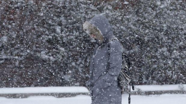 El frío intenso no abandona a los estadounidenses. (FOTO AP)
