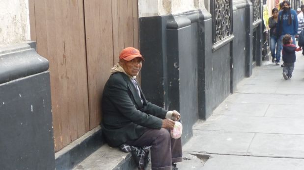Los mendigos suelen ubicarse en los alrededores de la plaza de Armas y las iglesias del centro (Foto: Jorge Malpartida)