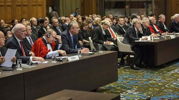 Las delegaciones del Perú y Chile en el Palacio de la Paz. (Foto: Reuters)