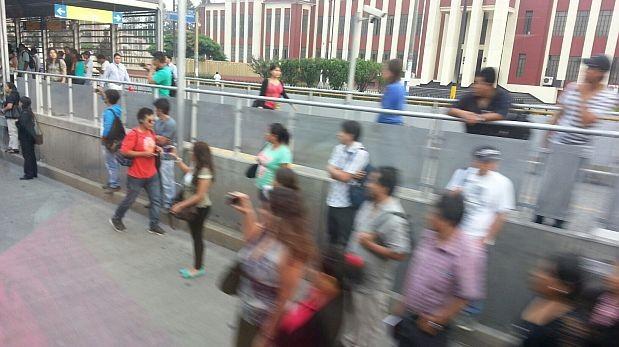 Los pasajeros del bus malogrado se tuvieron que bajar en medio de la vía. (Iván Álvarez / El Comercio)