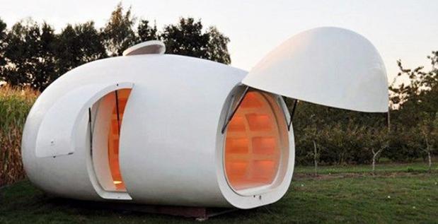 Este diseño es un poco más realista. Es una estructura que fue diseñada y construida por la firma de arquitectura belga DMVA. Se llama Blob VB3, de  color blanco y muy similar a un huevo. Tiene un cuarto de baño, una cama y el resto del espacio lo utiliza para guardar pertenencias.