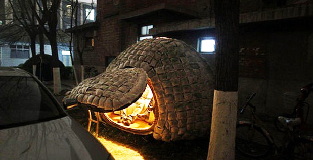 Esta casa en forma de huevo, se encuentra en la provincia de Hunan, China. Fue construida por Dai Haifei de 24 años. Su hogar fue construido con bambú y sólo le costó 6.427 yuanes. Es una estructura pequeña que cuenta con una cama.