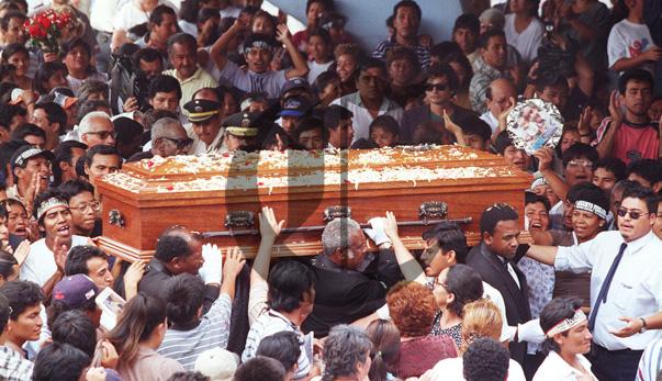 3/2/1999 Un mar de gente le dio el último adiós al popular animador. (Archivo El Comercio)