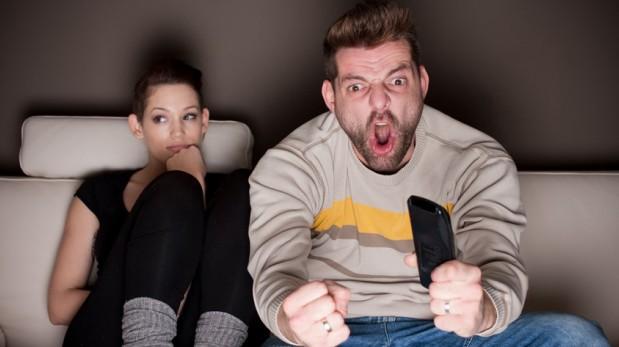 Si a tu pareja le gusta ver fútbol, es mejor dejarlo disfrutar de su partido y no intentar cambiarlo. (Foto: Shutterstock)