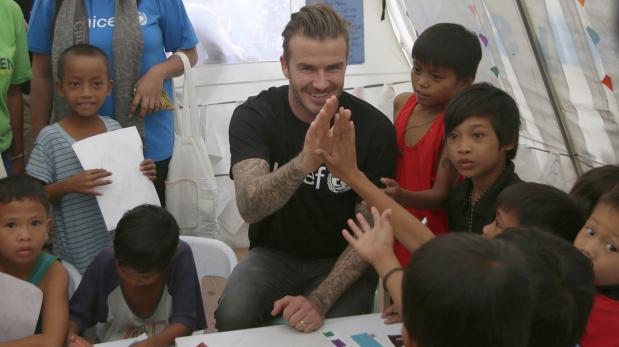Beckham visita a niños filipinos afectados por tifón Haiyan