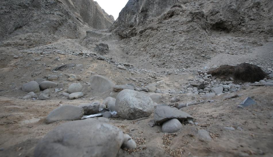 Esta mañana se pudo ver la caída de rocas que casi llegan hasta la pista. (Lino Chipana/El Comercio)