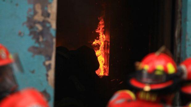Incendio deja dos heridos en Surco