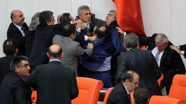 Turquía: Diputados acaban a puñetazos y tres van al hospital