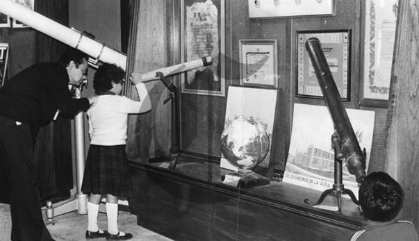 Fotografías del espacio y telescopios forman parte de una exposición permanente en el planetario. Archivo Histórico El Comercio