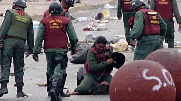 Venezuela: Policía golpea a joven que protegía una barricada