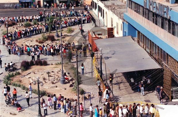 Hace 10 años miles de personas hicieron interminables colas para cambiar la libreta electoral por el DNI. Archivo El Comercio