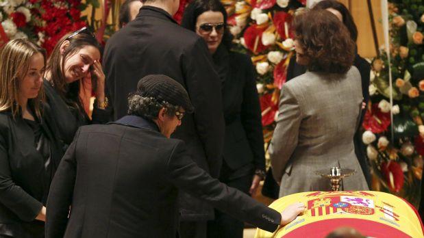 Alejandro Sanz se despide de Paco de Lucía. (Foto: Reuters)