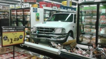 Anciana de 88 años destroza supermercado con su pick up