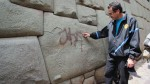 Cusco: cámara captó a persona que pintó la piedra de 12 ángulos - Noticias de luis florez garcia