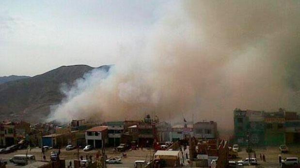 El mayor peligro es que el fuego pueda llegar a un grifo y a un almacén de balones de gas.(Twitter/José Tineo)