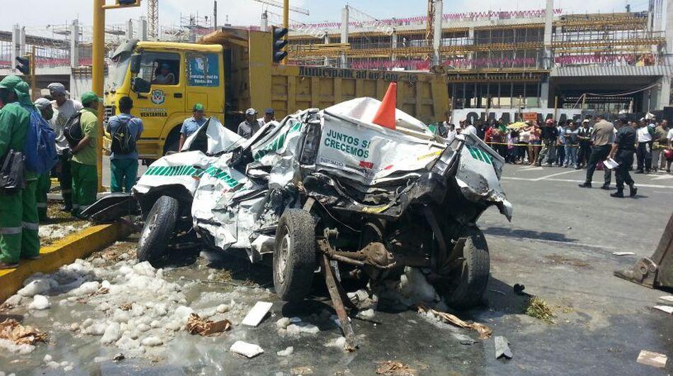 La camioneta D8V-836 quedó destrozada. Dos ocupantes muireron, entre ellos el suboficial PNP Gabriel Huallanay Lázaro. (Enrique Vera / El Comercio)