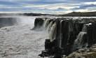 Mira esta increíble cascada en medio de un cañón en Islandia