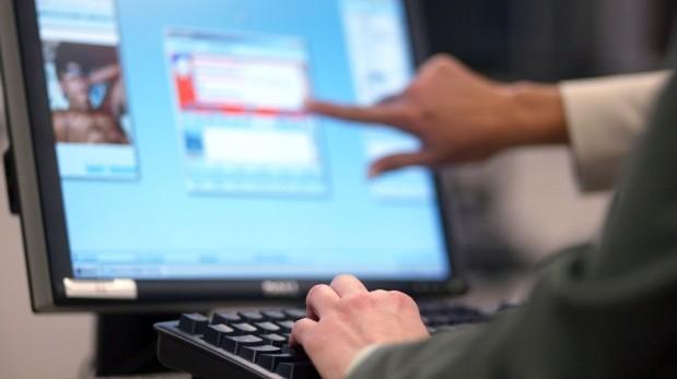 Portales porno deben verificar edad de usuarios, dice regulador