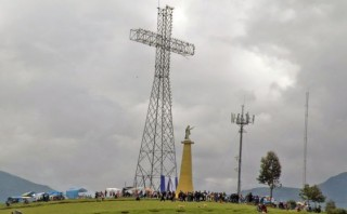 Huancayo: cruz construida con restos de torres recibió a fieles