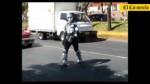 El robot que arranca sonrisas a los conductores - Noticias de fiestas semaforo