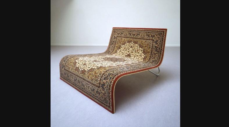 """Sofá alfombra. """"Oriente y Occidente"""" por Tonio de Roover es un sofá que invita a la gente a sentarse, hablar o leer. Es un elemento que hace referencia a una alfombra voladora, igual a la de la película """"Aladino"""". (Foto: tonioderoover.nl)"""