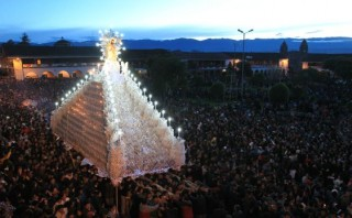 Miles participaron en la procesión de Cristo Resucitado