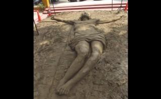 La crucifixión de Jesús fue representada en escultura de arena