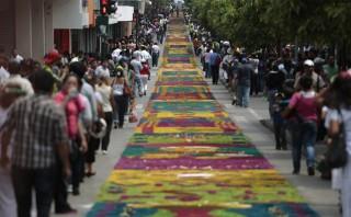 Guatemala logra récord de la alfombra más grande del mundo