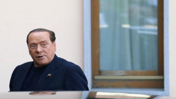 Berlusconi cumplió su primera jornada de trabajo en un asilo