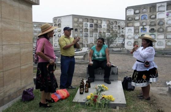 Día de la Madre en el cementerio: desde flores hasta cerveza