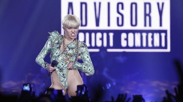 Miley Cyrus provoca haciendo una felación a un muñeco hinchable