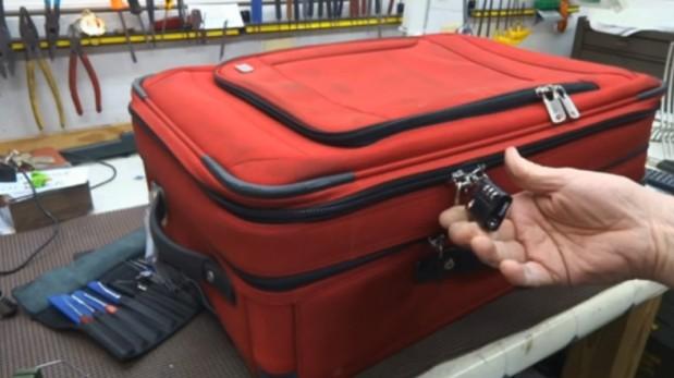 Video muestra lo fácil que es abrir una maleta con candado