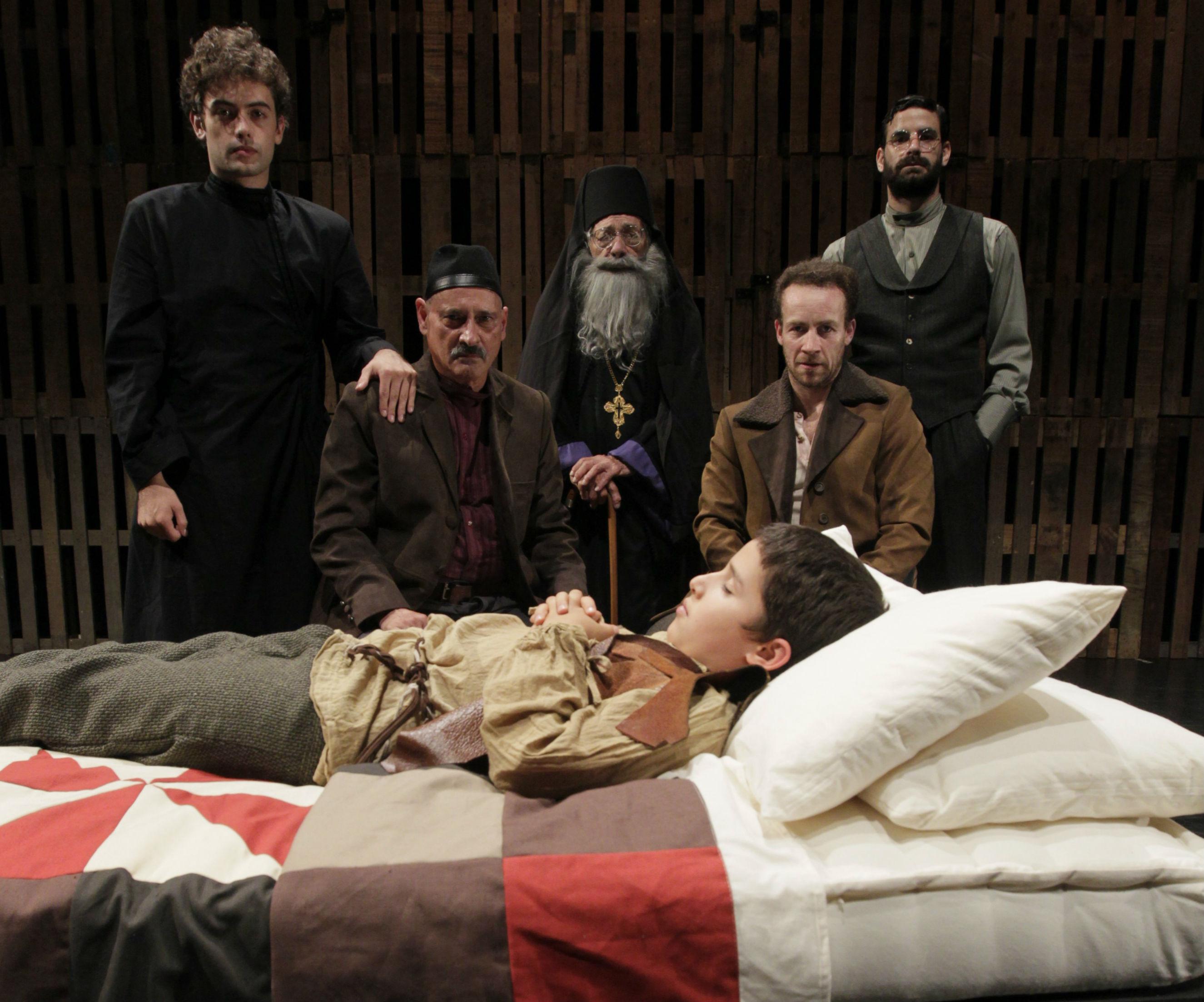 El montaje muestra los opuestos con un desinteresado padre en Fiódor Karamazov (Gustavo Bueno) frente al abnegado Snieguiriov (Emilram Cossio). (Foto: Alessandro Currarino)